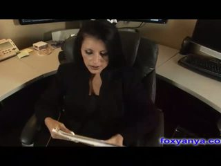 Bystiga basar gets cream pie i henne kontors