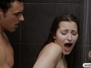 Sexy nana dani daniels blowjobs et baisée en la salle de bain