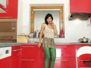 Quente latina a posar em sheer nylon collants