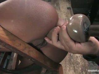 Monique tied bis ein stuhl und gets arsch gefickt mit dildo