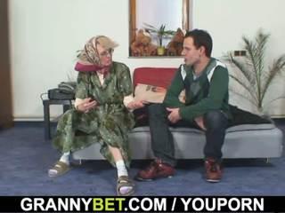 늙은 여자들 gets 그녀의 bald 고양이 slammed