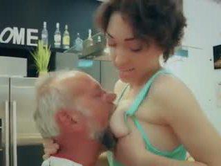 Cutie училище момиче първи време чукане стар мъж closeup изпразване гълтане видео