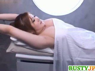 Momoka krūtinga yra aroused per alyva
