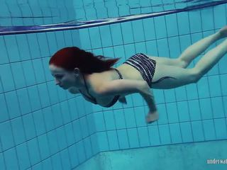 Redheaded katrin ir stripping zem ūdens, porno 66