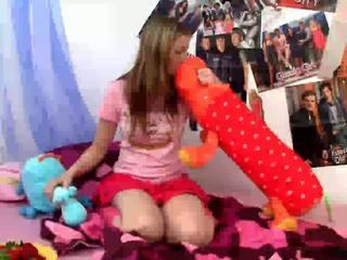 Spunky bee dildoing seçki