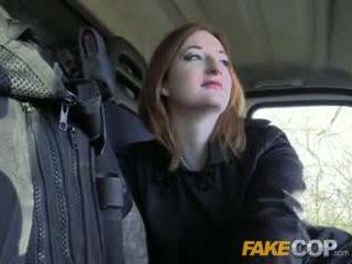 Fake polic nxehtë ginger gets fucked në cops van