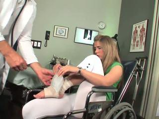 Disabled babe starter til føle toe suging