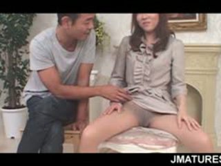 Rijpere aziatisch seductress flaunting haar stevig boezem en kut