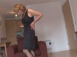 Zreli blondinke bejba v nogavičke in odprta steznik