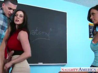 Sexe teachers kendra lust et whitney westgate sharing bite en salle de classe