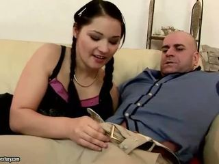 Bela jovem grávida a chupar e a montar velho caralho