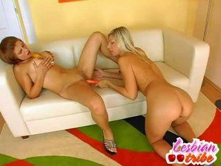 Heet lesbiennes sluts zetten dildo in hun bips voor sommige anaal plezier