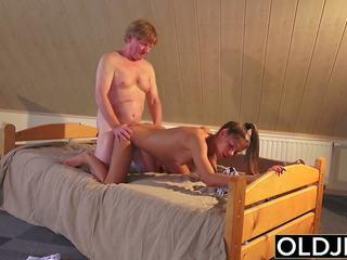 Стар и млад порно тийн прецака от стар мъж в путка и