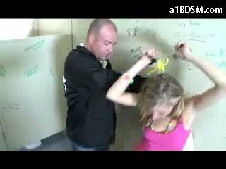 Sporco bionda ragazza getting ammanettato fica rubbed con baton giving pompino per il sicurezza guard in il pubblico toilette