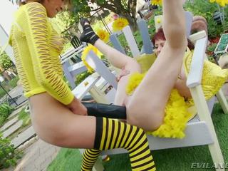 Slutty bee gets pounded līdz liels melnas dildos un cocks