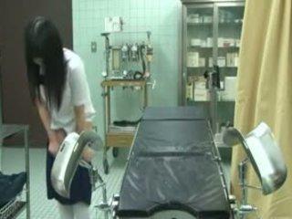Koolitüdruk alt tõmmatud poolt gynecologist
