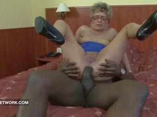 Abuelita pillada masturbándose anal follada por grande negra polla