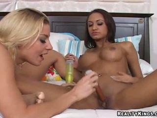 Halia hill et son lesbienne gf bangin en une salle de bain