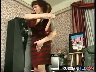 Dojrzała rosyjskie fucked przez a młody guy
