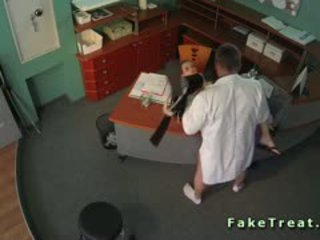 หมอ fucks เซ็กซี่ ผู้หญิงสวย ใน waiting ห้อง บน ความปลอดภัย แคม