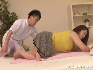 Potelée asiatique babe's grand seins natsuko kayama