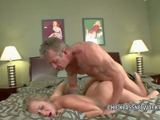 Blonde hottie casi james takes certains bite en son chaud.