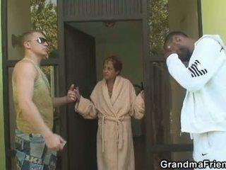 Между различни раси тройка оргия с бабичка