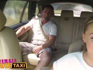 Femalefaketaxi masivo tetitas cabbie wants polla en la asiento trasero vídeo