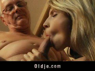 섹시한 금발의 비탄 satisfy 그녀의 풍부한 할아버지 lover
