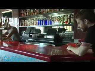 Muscoloso bartender legata e edged