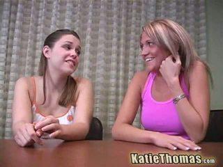 Katie thomas と ガールフレンド 行く ブラック