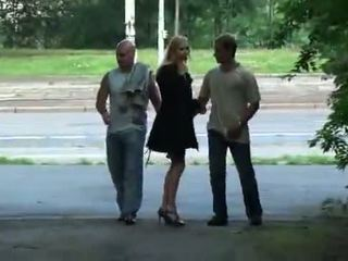 Julie silver και αυτήν τρίο σεξ σε ένα park