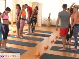 Fitnessrooms groups yoga session ends koos a sweaty creampie <span class=duration>- 18 min</span>