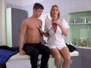 巨乳 護士 fucks 她的 病人 - 色情 視頻 731