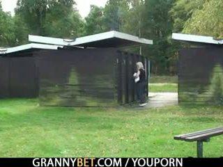 Blondin grannyen gets screwed av en stranger