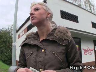 บลอนด์ สมัครเล่น ใช้ปากกับอวัยวะเพศ pov ใน สาธารณะ