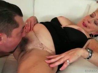 Storas močiutė enjoying karštas seksas apie the sofa