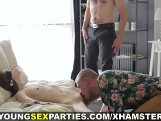 Młody seks parties - zasłonięte oczy niespodzianka threeway: porno 1a
