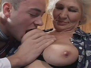 Bílý haired babičky becomes a nepříjemný děvka pro obrovský mladý kohout