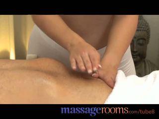 Massaaž rooms võluv teismeline tüdrukud võtma a suur raske riist ja orgasm