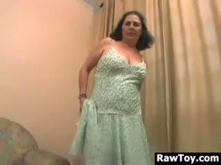 Chất béo bà nội masturbates với cô ấy dương vật giả