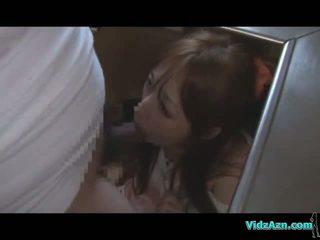 Asiatisk jente getting henne munn og fitte knullet mens standing sæd til rumpe i den kjøkken