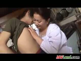 Mature japonais femme sucks bite pour foutre