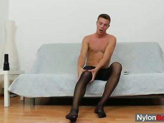 Gej guy teasing njegov tič v panty-hose