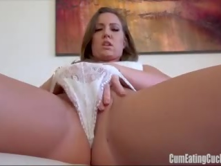 Maddy oreilly rubs 彼女の 甘い スナッチ furiously