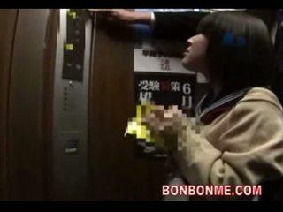 Japońskie uczennica robienie loda i fucked przez nauczycielka w elevato