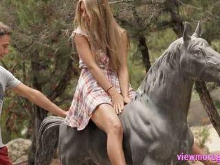 Krásný dospívající anjelica pounded outdoors