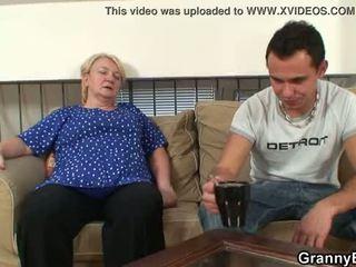 그 easily seduces 늙은 할머니