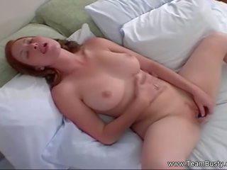 Perfektní ryšavý masturbates těžký, volný porno a6