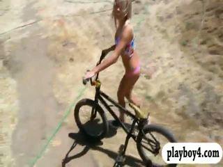 Σέξι playmates trying έξω sand boarding ενώ αυτοί were γυμνός/ή